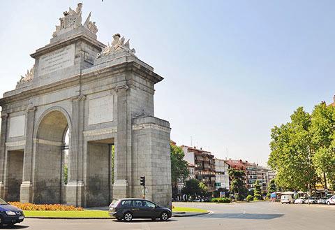 La puerta de Toledo de Madrid. Cerca de Sergine Médica