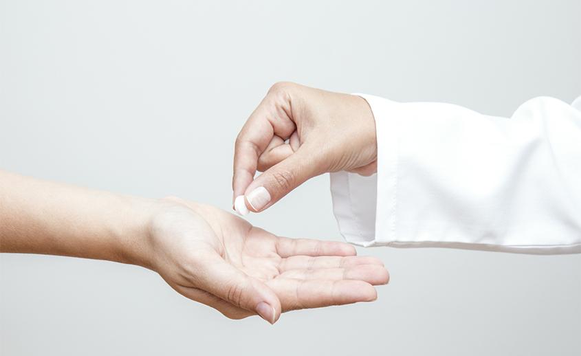 Médico con el anticonceptivos de emergencia