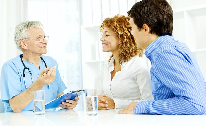 Pareja en una consulta de anticonceptivos femeninos