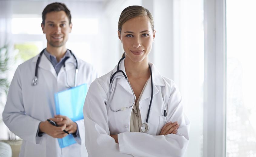 Médicos antes de hacer la histeroscopia