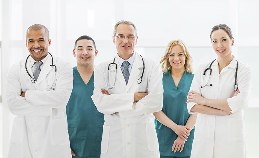 Equipo médico antes de hacer una laparoscopia
