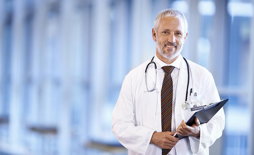 Ginecólogo preparado para hacer una revisión ginecológica